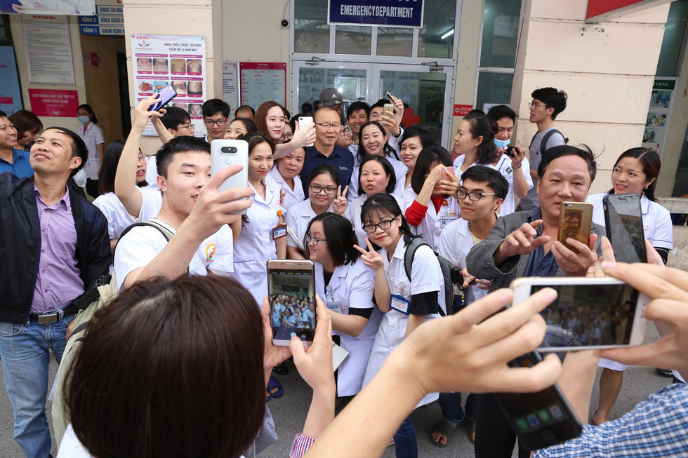 Ông Park Hang Seo bị bao vây khi đi khám sức khỏe - Ảnh 2.