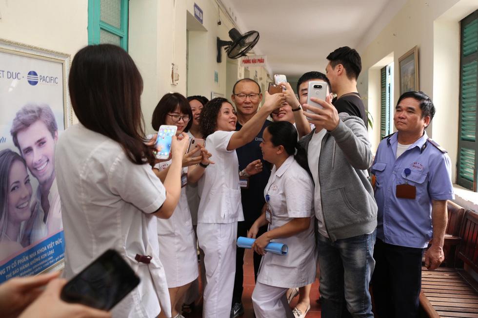 Ông Park Hang Seo bị bao vây khi đi khám sức khỏe - Ảnh 5.