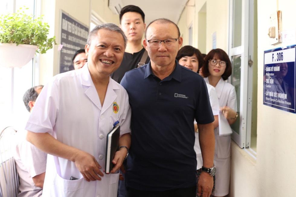 Ông Park Hang Seo bị bao vây khi đi khám sức khỏe - Ảnh 6.