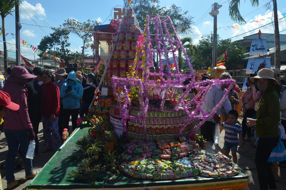 Đổi nghi thức phát lộc, người miền Tây vẫn hài lòng Lễ hội Làm Chay - Ảnh 1.