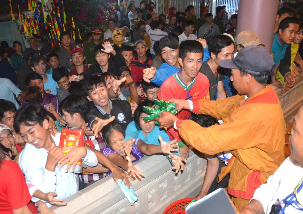 Đổi nghi thức phát lộc, người miền Tây vẫn hài lòng Lễ hội Làm Chay - Ảnh 2.