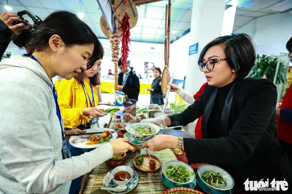 Việt Nam mở đại yến 40 món đãi 3.500 nhà báo  - Ảnh 8.