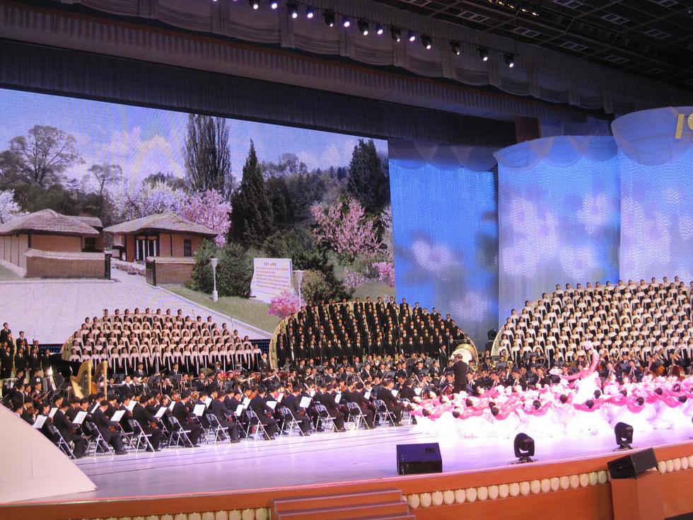 Choáng với chương trình nghệ thuật Triều Tiên 700 người như một - Ảnh 1.