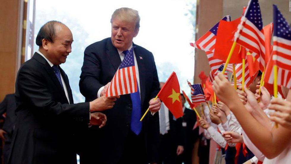 Tổng thống Trump gây thích thú với hình ảnh vẫy cờ Việt Nam - Ảnh 4.