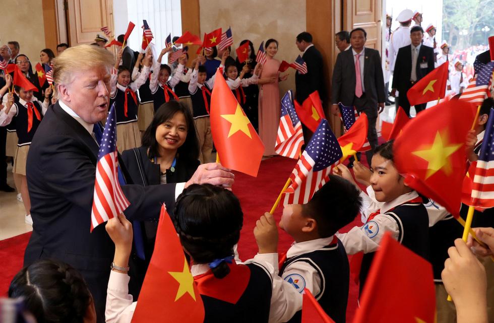 Tổng thống Trump gây thích thú với hình ảnh vẫy cờ Việt Nam - Ảnh 3.