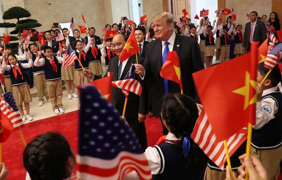 Tổng thống Trump gây thích thú với hình ảnh vẫy cờ Việt Nam - Ảnh 5.