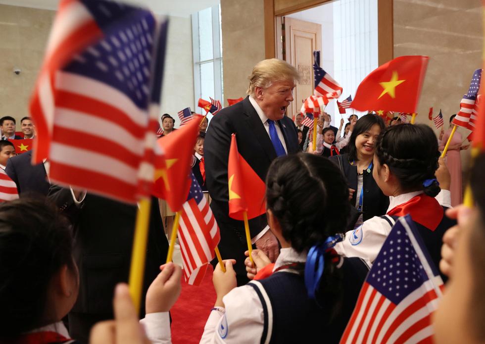 Tổng thống Trump gây thích thú với hình ảnh vẫy cờ Việt Nam - Ảnh 2.