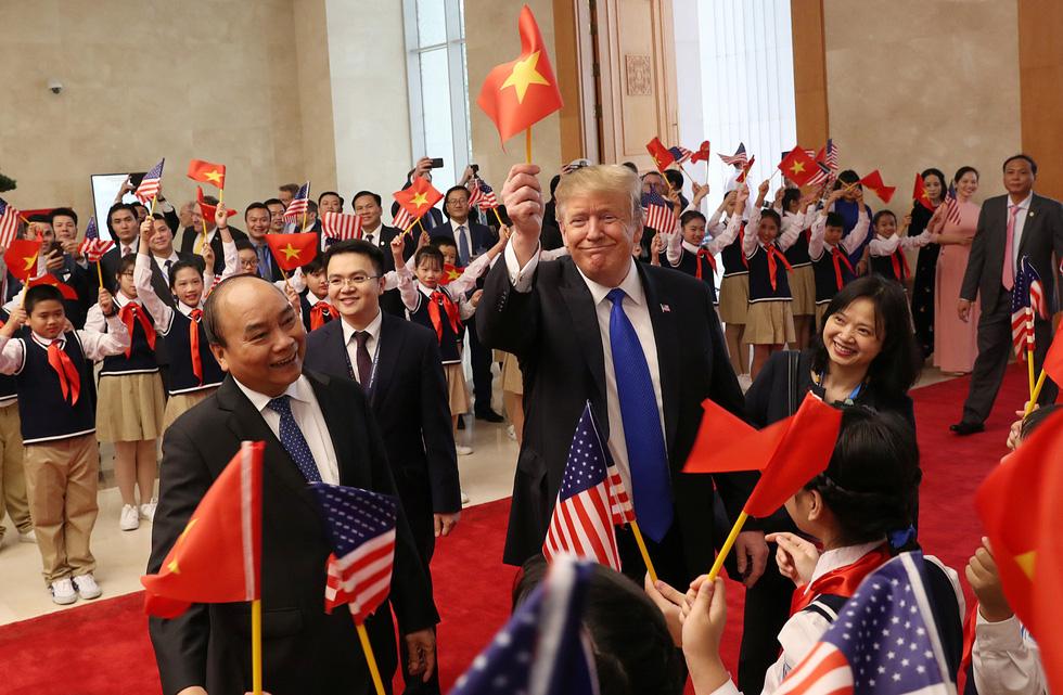 Tổng thống Trump gây thích thú với hình ảnh vẫy cờ Việt Nam - Ảnh 1.