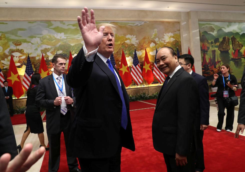Tổng thống Trump gây thích thú với hình ảnh vẫy cờ Việt Nam - Ảnh 8.