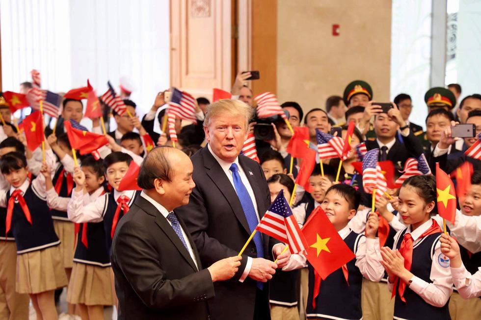 Tổng thống Trump gây thích thú với hình ảnh vẫy cờ Việt Nam - Ảnh 6.