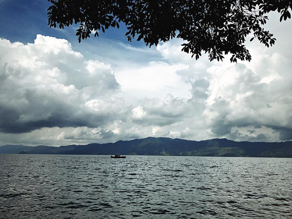 Hồ Toba có gì mà mở hẳn sân bay đón khách? - Ảnh 1.