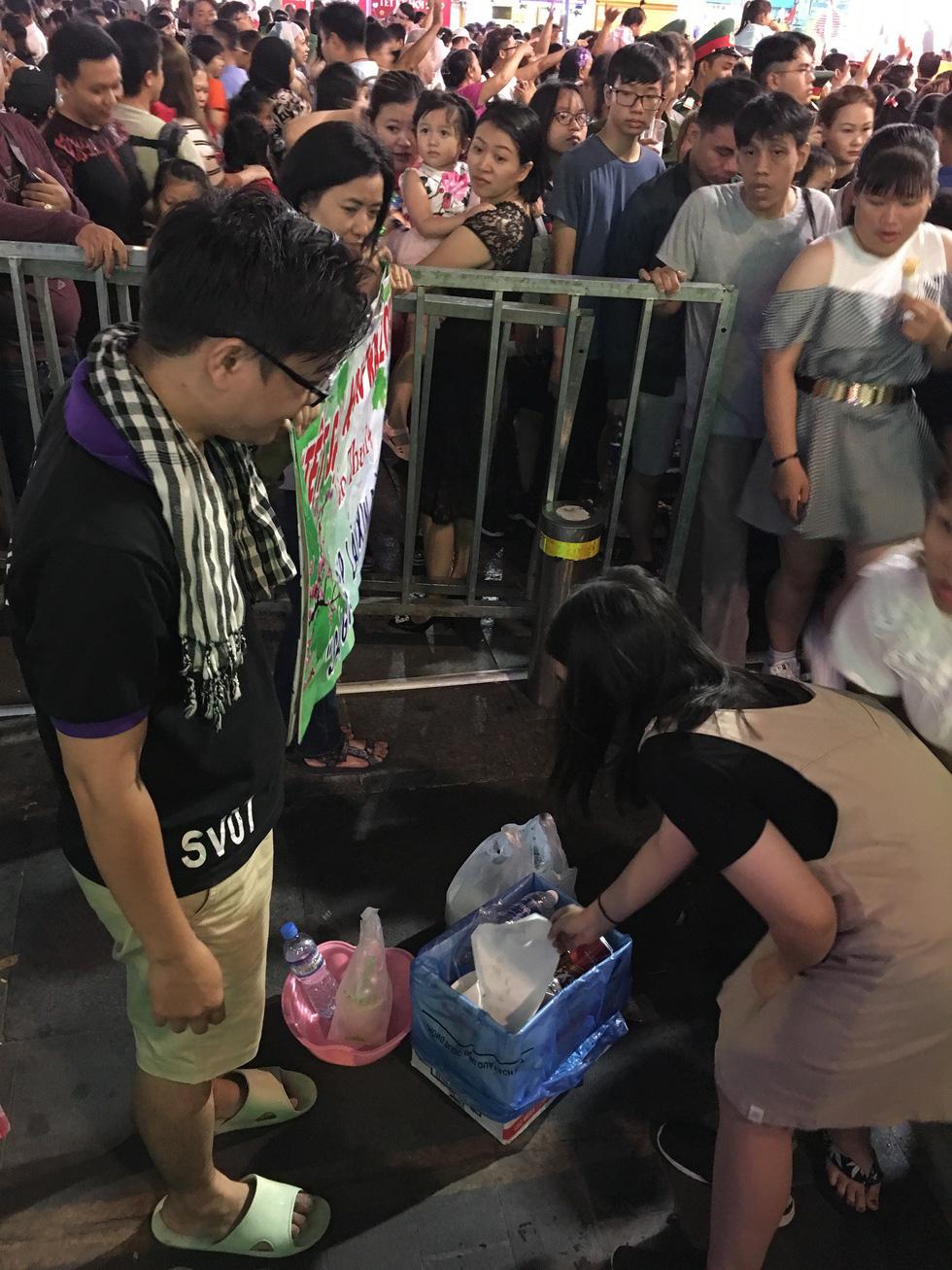 Băngrôn dễ thương nhất đường hoa Nguyễn Huệ 14 cái tết... - Ảnh 4.