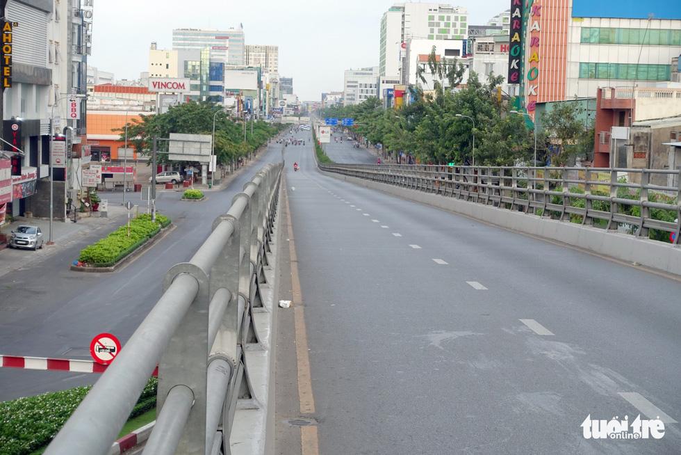 Thành phố ngày đầu năm với những nút giao thông... yên bình - Ảnh 8.