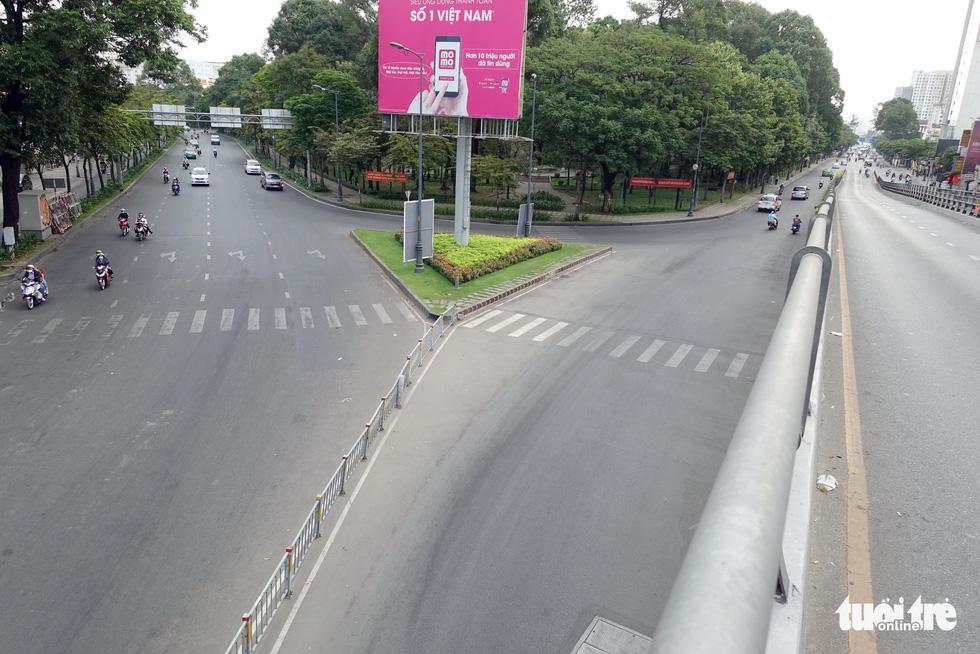 Thành phố ngày đầu năm với những nút giao thông... yên bình - Ảnh 9.