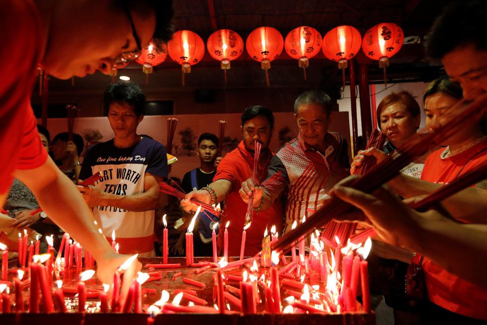 Chùa Trung Quốc ngập trong khói lửa ngày đầu năm - Ảnh 4.