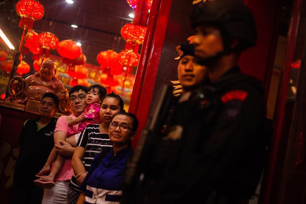 Chùa Trung Quốc ngập trong khói lửa ngày đầu năm - Ảnh 9.