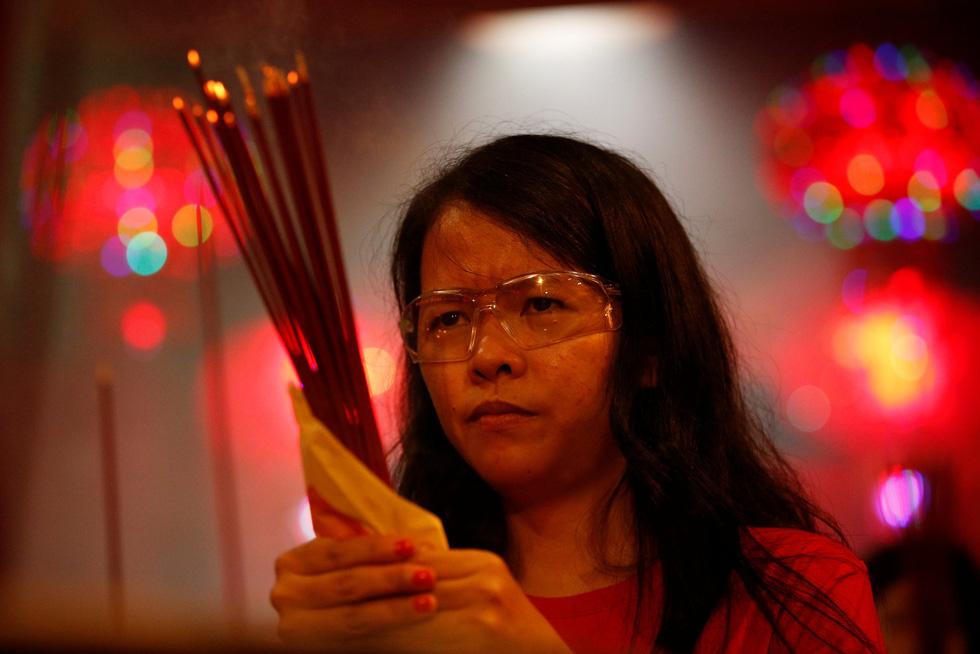 Chùa Trung Quốc ngập trong khói lửa ngày đầu năm - Ảnh 8.