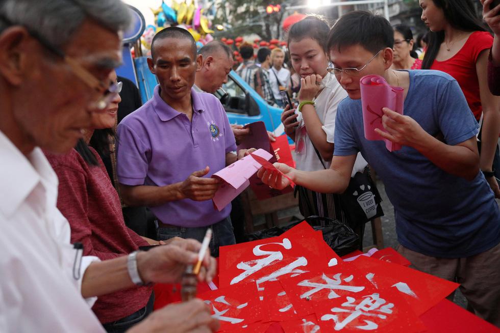 Chùa Trung Quốc ngập trong khói lửa ngày đầu năm - Ảnh 11.