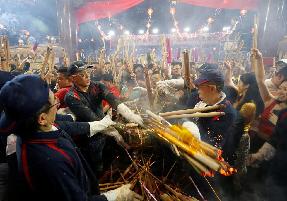 Chùa Trung Quốc ngập trong khói lửa ngày đầu năm - Ảnh 7.