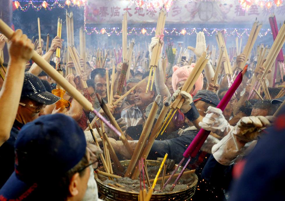 Chùa Trung Quốc ngập trong khói lửa ngày đầu năm - Ảnh 6.