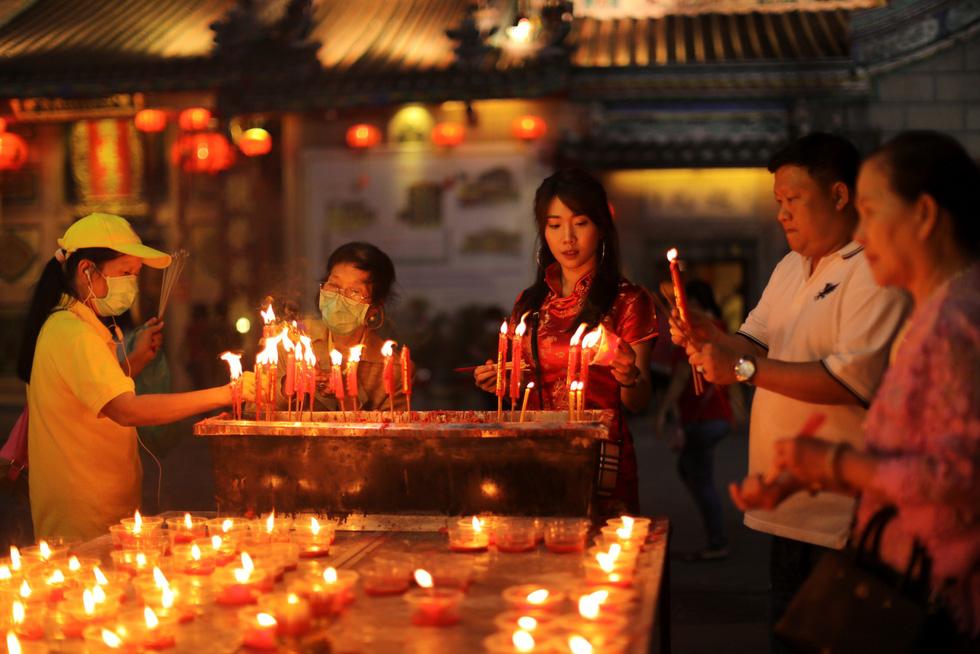 Chùa Trung Quốc ngập trong khói lửa ngày đầu năm - Ảnh 10.