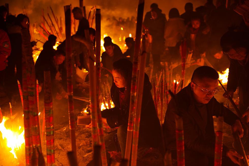 Chùa Trung Quốc ngập trong khói lửa ngày đầu năm - Ảnh 3.