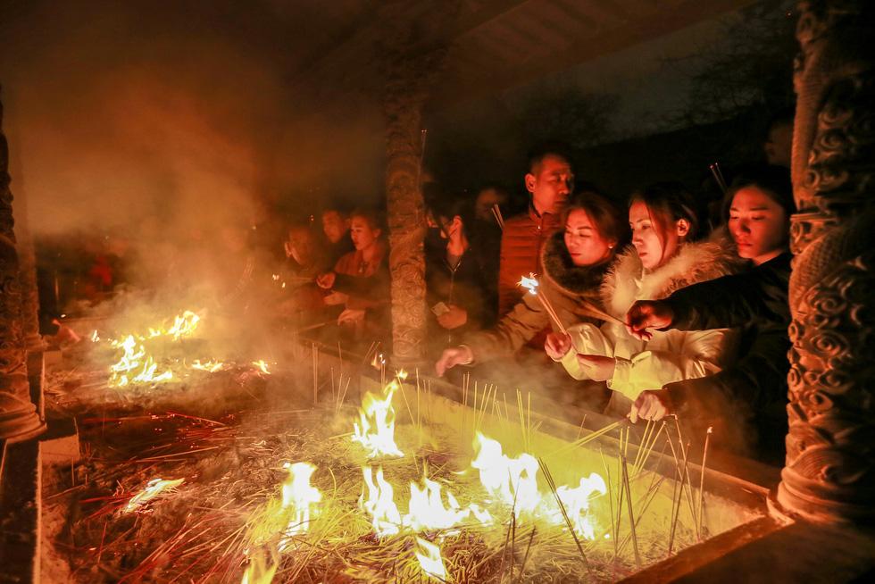 Chùa Trung Quốc ngập trong khói lửa ngày đầu năm - Ảnh 5.