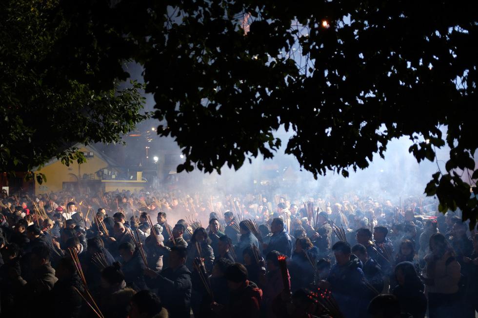 Chùa Trung Quốc ngập trong khói lửa ngày đầu năm - Ảnh 1.