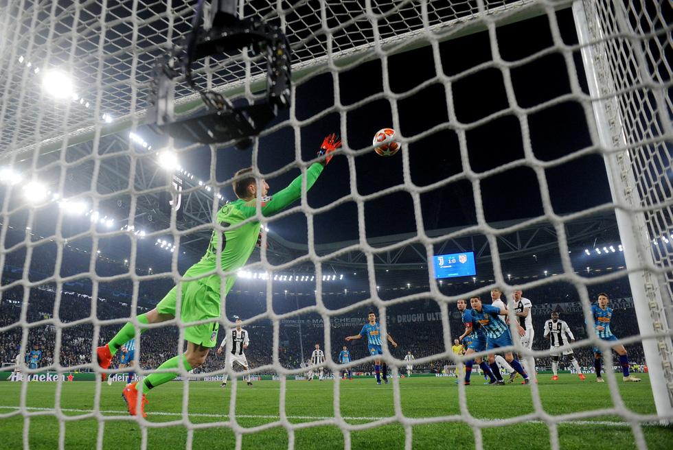 Xem siêu nhân Ronaldo đánh bại Atletico Madrid qua ảnh - Ảnh 5.