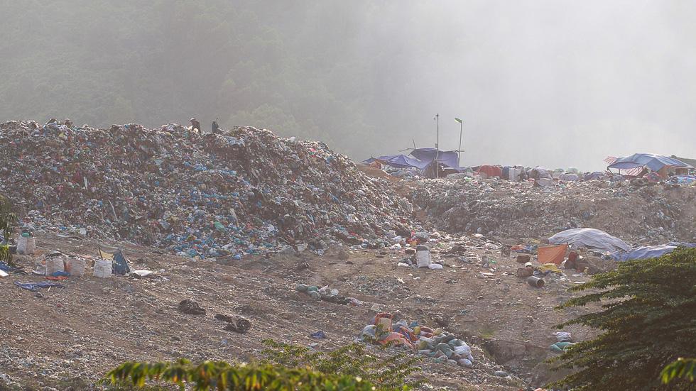 Bãi rác Khánh Sơn cao như núi, đang tiếp tục cao thêm - Ảnh 2.