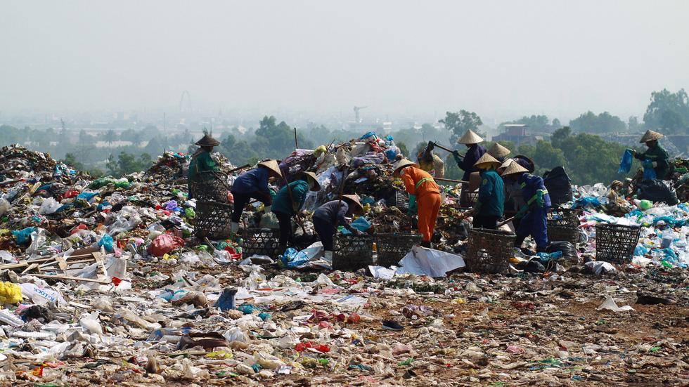 Bãi rác Khánh Sơn cao như núi, đang tiếp tục cao thêm - Ảnh 1.