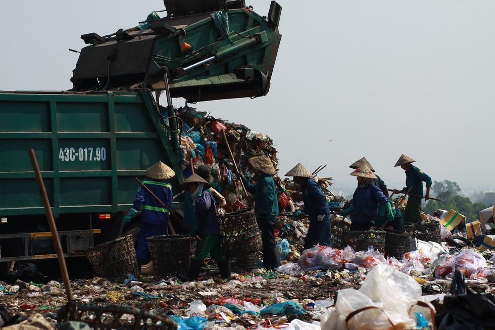 Bãi rác Khánh Sơn cao như núi, đang tiếp tục cao thêm - Ảnh 3.