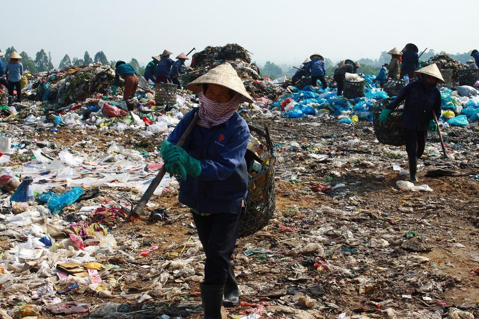 Bãi rác Khánh Sơn cao như núi, đang tiếp tục cao thêm - Ảnh 6.