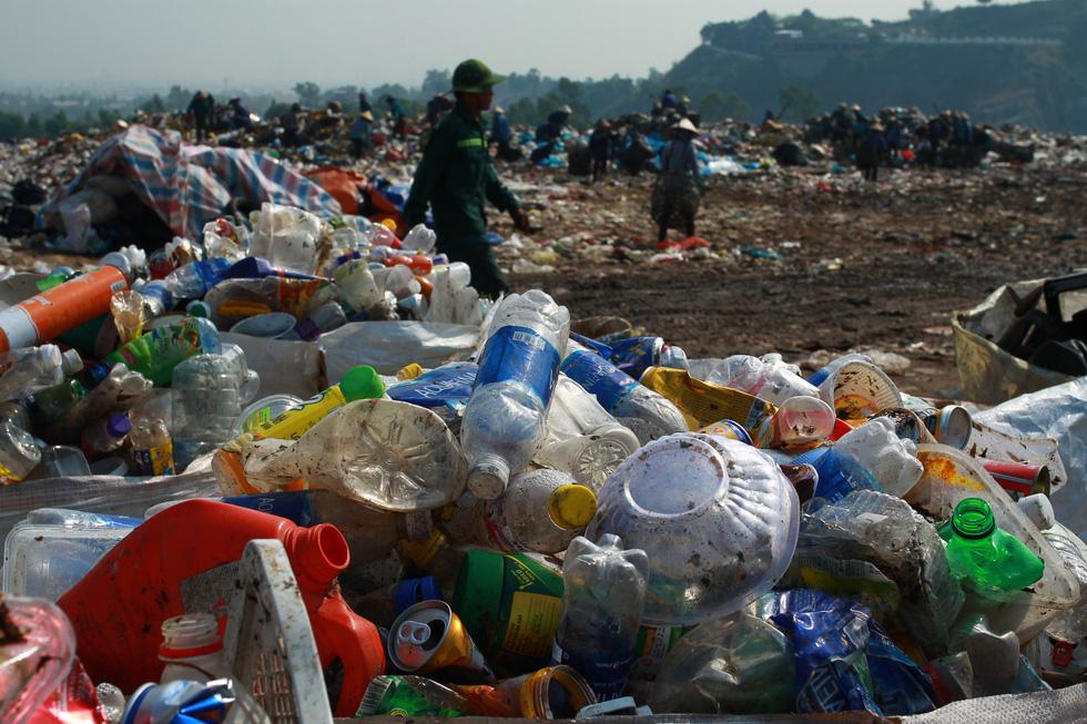 Bãi rác Khánh Sơn cao như núi, đang tiếp tục cao thêm - Ảnh 8.
