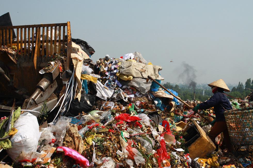 Bãi rác Khánh Sơn cao như núi, đang tiếp tục cao thêm - Ảnh 4.