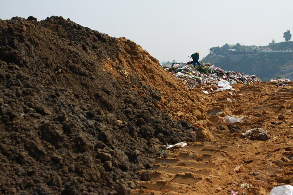 Bãi rác Khánh Sơn cao như núi, đang tiếp tục cao thêm - Ảnh 5.