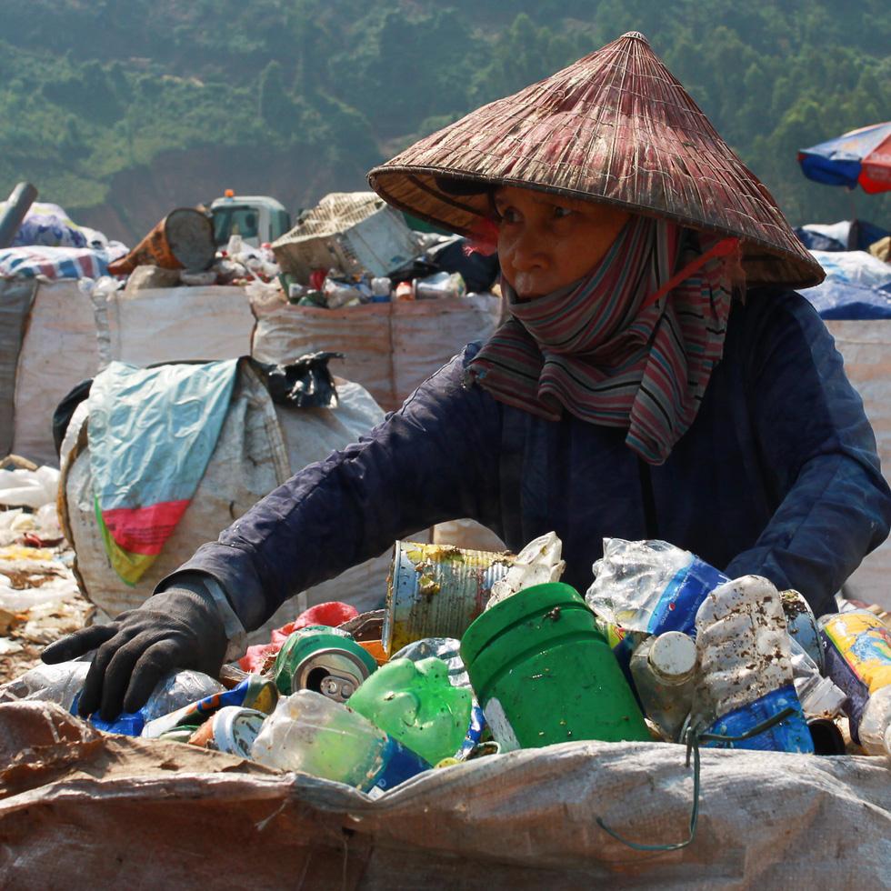 Bãi rác Khánh Sơn cao như núi, đang tiếp tục cao thêm - Ảnh 7.