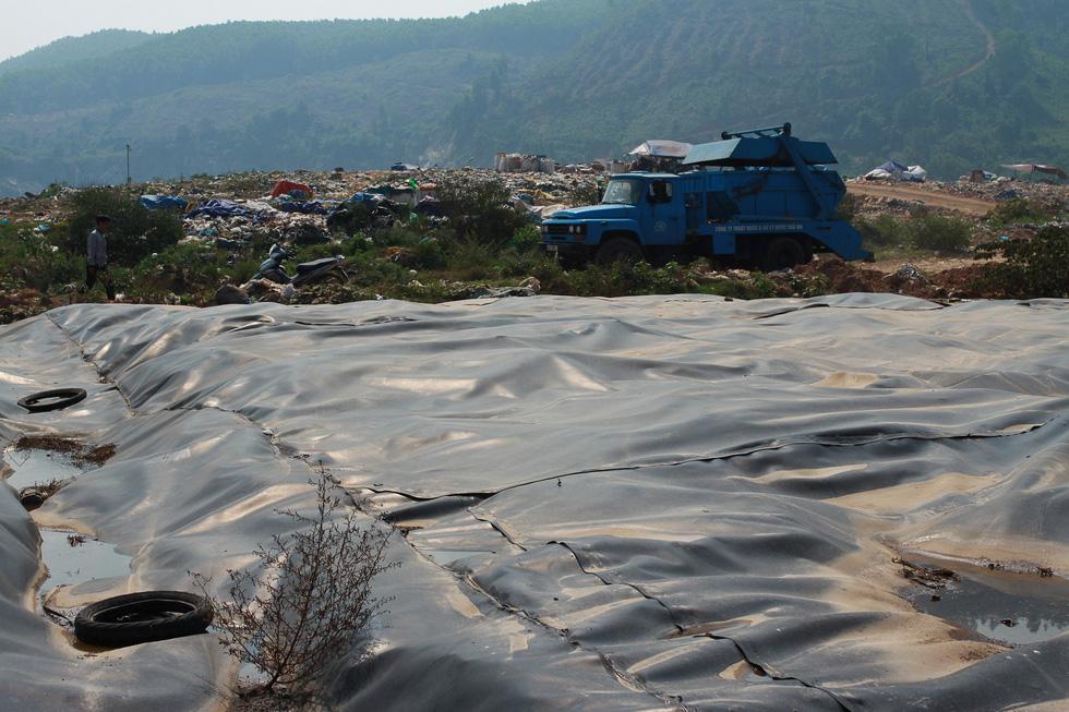 Bãi rác Khánh Sơn cao như núi, đang tiếp tục cao thêm - Ảnh 12.