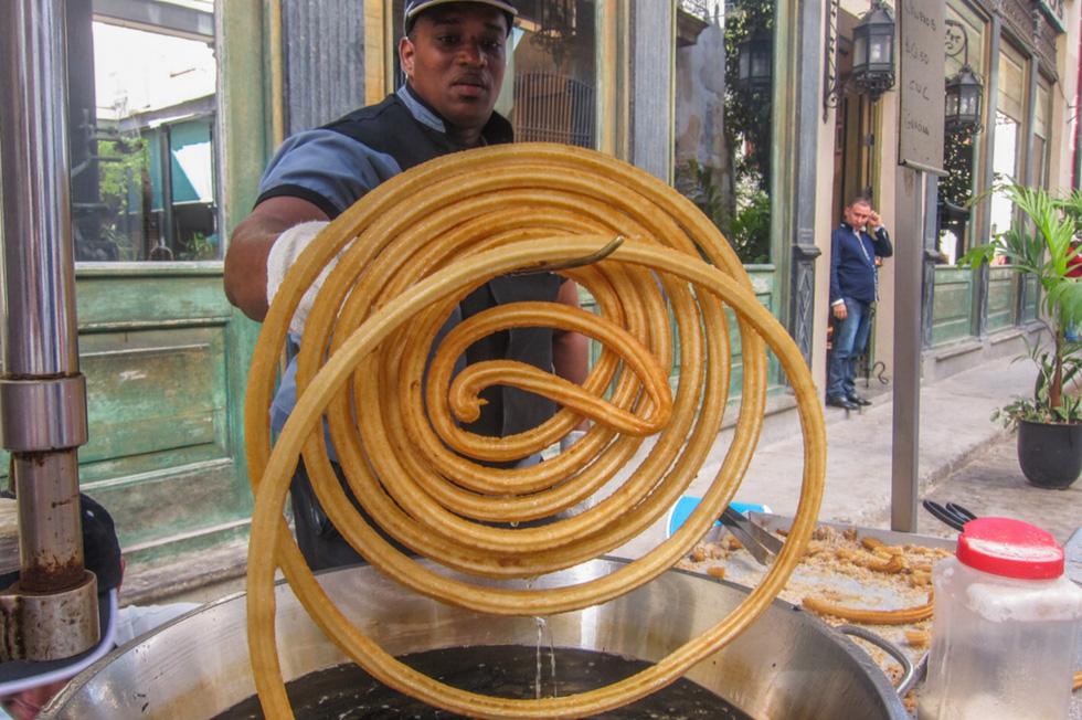 Chiếc bánh dây dài cuộn tròn như bánh xe hơi trên đường phố Cuba - Ảnh 1.