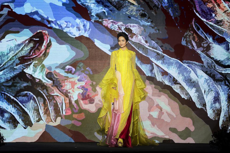 HHen Niê lộng lẫy trình diễn bế mạc Lễ hội áo dài 2019 - Ảnh 3.