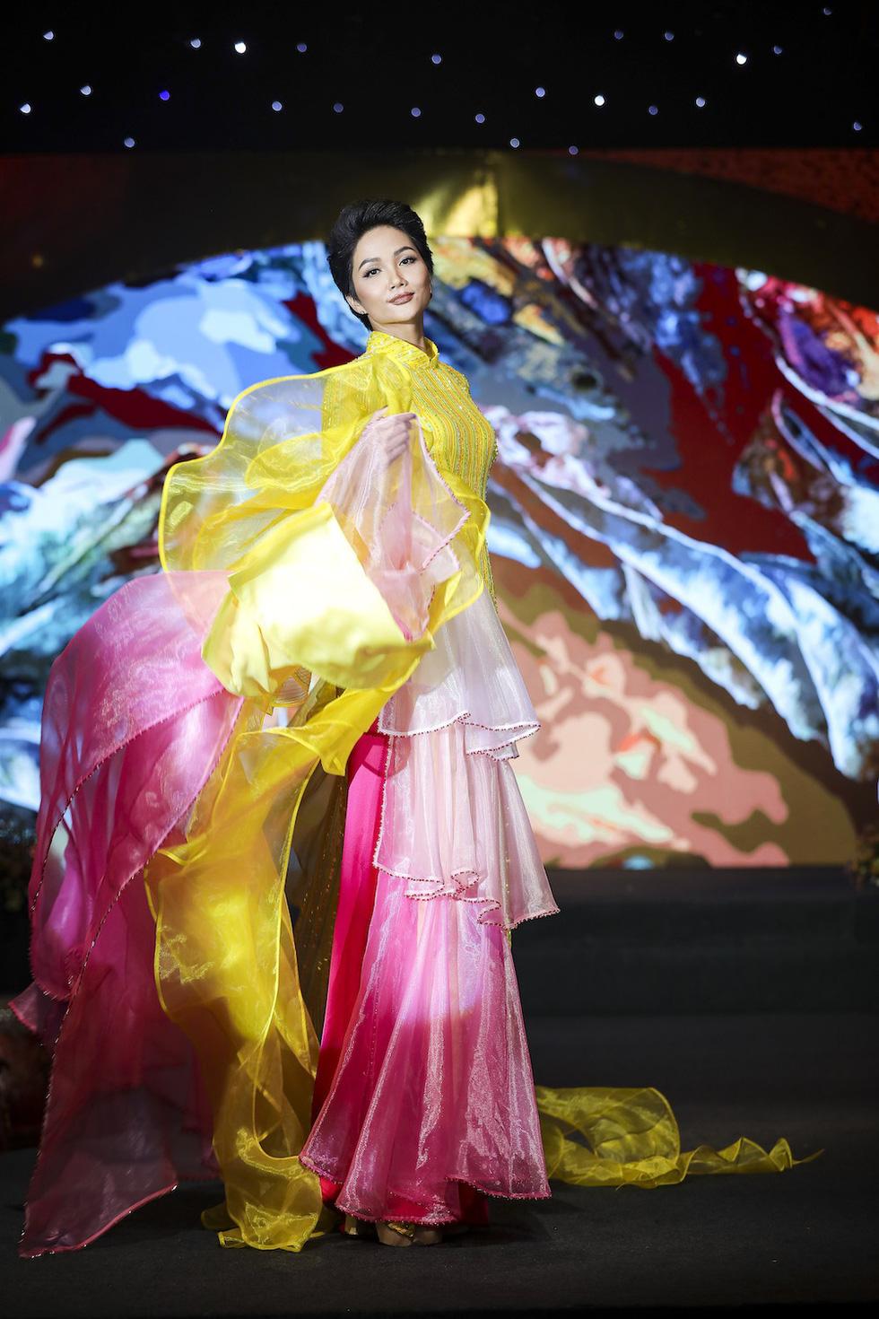 HHen Niê lộng lẫy trình diễn bế mạc Lễ hội áo dài 2019 - Ảnh 2.