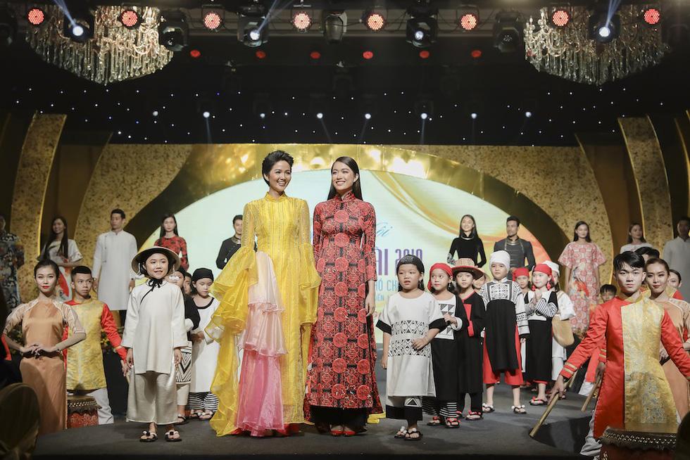 HHen Niê lộng lẫy trình diễn bế mạc Lễ hội áo dài 2019 - Ảnh 10.