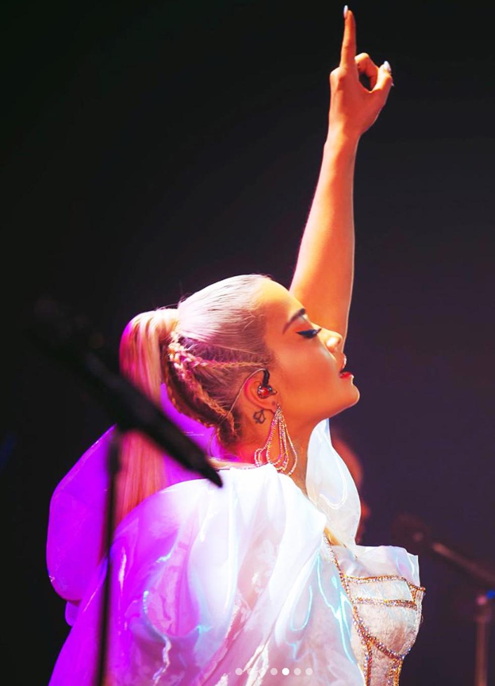 Đến lượt ca sĩ Rita Ora diện đồ Công Trí - Ảnh 7.