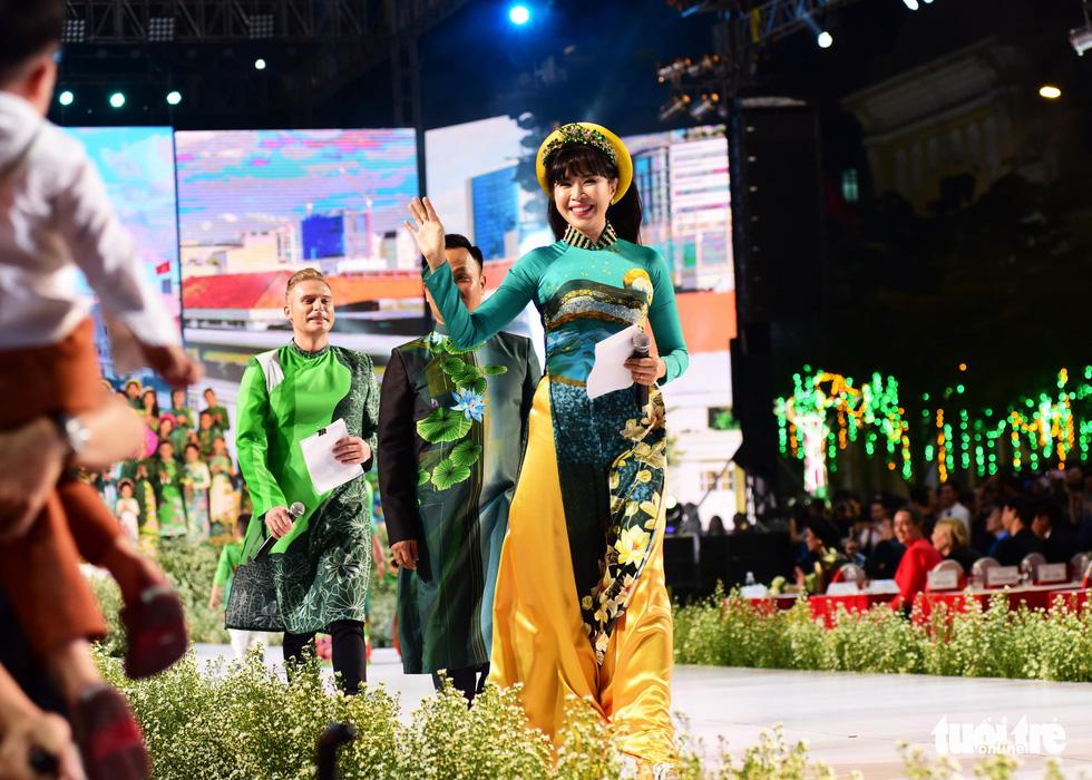 Áo dài lộng lẫy đêm xuân khai mạc Lễ hội Áo dài - Ảnh 10.
