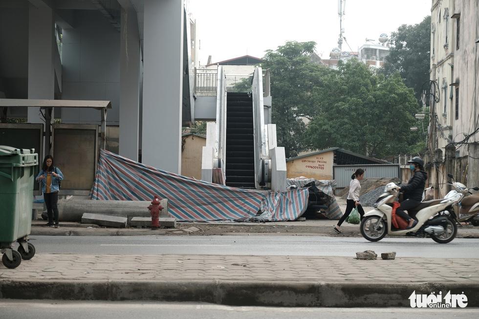 6 tháng rồi mà nhà ga đường sắt Cát Linh - Hà Đông nơi ngổn ngang, nơi ngập rác - Ảnh 6.