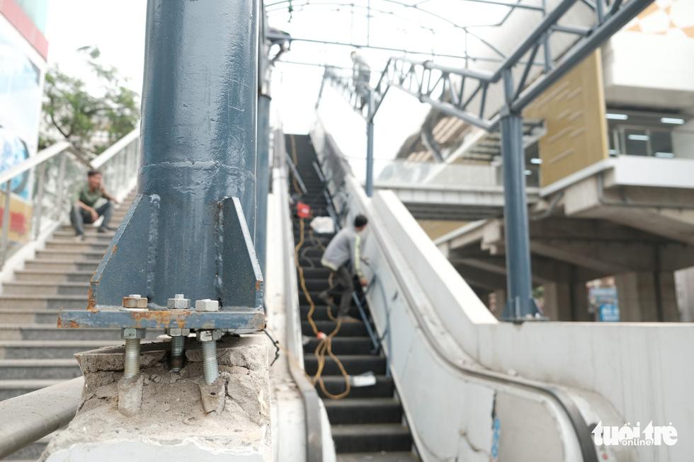 6 tháng rồi mà nhà ga đường sắt Cát Linh - Hà Đông nơi ngổn ngang, nơi ngập rác - Ảnh 5.