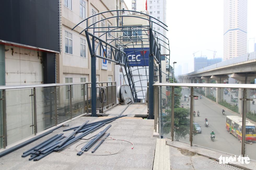 6 tháng rồi mà nhà ga đường sắt Cát Linh - Hà Đông nơi ngổn ngang, nơi ngập rác - Ảnh 3.