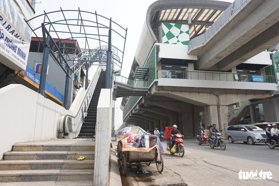 6 tháng rồi mà nhà ga đường sắt Cát Linh - Hà Đông nơi ngổn ngang, nơi ngập rác - Ảnh 2.