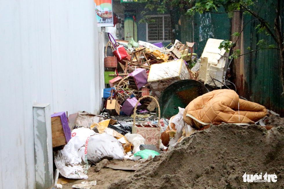 6 tháng rồi mà nhà ga đường sắt Cát Linh - Hà Đông nơi ngổn ngang, nơi ngập rác - Ảnh 7.