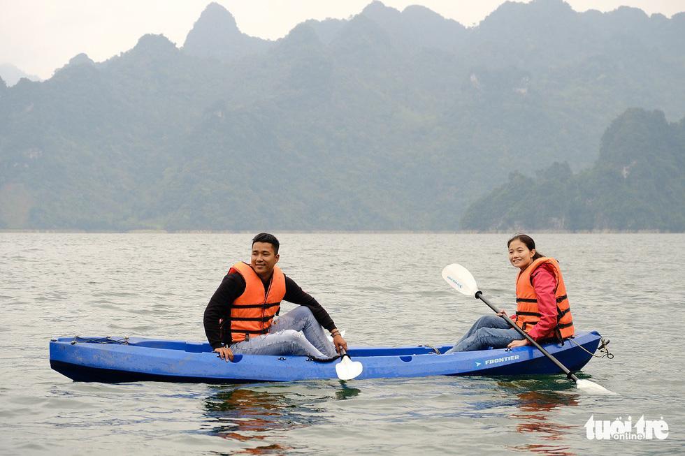 Chèo thuyền kayak ngắm hồ thủy điện đẹp mê mẩn - Ảnh 7.